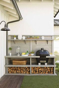 I like the compact and organised layout. Easy to work in area. Grill & outdoor kitchen: Newport Beach House Tour - Home Decor Like Small Outdoor Kitchens, Modern Outdoor Kitchen, Outdoor Rooms, Outdoor Gardens, Big Green Egg Outdoor Kitchen, Outdoor Patios, Small Backyard Gardens, Small Backyards, Outdoor Life