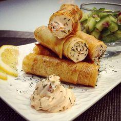 Des tubes de feuilles de brick garnis d'une mousse mascarpone saumon