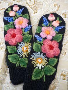 """Купить варежки с вышивкой """"Подарок"""" - черный, цветочный, варежки, варежки ручной работы, варежки женские"""