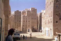 https://flic.kr/p/gcK4f | Yemen Hadhramaut Shibam 1994 | Yemen Hadhramaut Shibam street scene 1994  See where this picture was taken. [?]