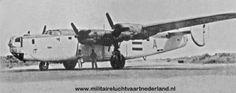 """Liberator B-24J KG852 met de individuele letter """"A"""" duidelijk waarneembaar op de romp gefotografeerd op een dispersal van het vliegveld op het Brown West eiland op de Cocoseilanden in 1945"""
