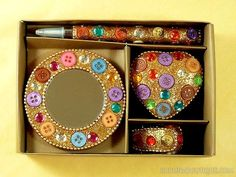 Set de papeterie: miroir de poche, mini agrafeuse, mini boîte, stylo - Décoration pailletée dorée, boutons multicolores et strass - Artisanat équitable.