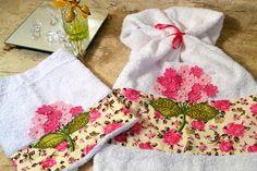 Jogo de toalhas  com flores bordadas em  rosa e branca