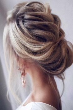Explore our collection of the most amazing and trendiest wedding hairstyles. We will tell you all about bridal hair tendencies for you to look flawless and be the star of the show on your big day. Draw your inspiration and choose the perfect one for your fairytale wedding from our collection. #weddinghairstyle #wedding #bride #bridalhair #weddinghair