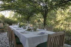 This is how to style a #diningtable. Cool #crisplinens under the shade of a tree in the South of France. http://www.qualityvillas.com/st-tropez-var/st-antonin-du-var/villa-st-antonin