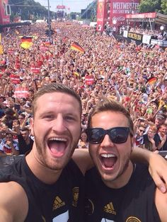 At the Fan Party in front of the Brandenburger Tor!!! I <3 BERLIN http://www.welt.de/sport/fussball/wm-2014/article130160271/Die-grosse-Show-der-Weltmeister-vorm-Brandenburger-Tor.html