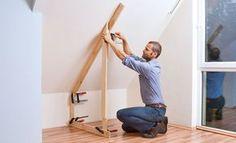 Bevor Sie den Schrank bauen, sollten Sie aus Latten eine genaue Schablone herstellen, die genau die Geometrie Ihrer Dachnische abbildet.