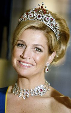 Princess Maxima wearing the Peacock Tiara and en suite necklace and earrings. (source has pics of dismounted brooches from the tiara)