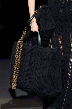 Dolce & Gabbana Fall 2020 Ready-to-Wear Fashion Show - Vogue 2020 Fashion Trends, Spring Fashion Trends, Fashion 2020, Fashion Show, Winter Fashion, Knitwear Fashion, Knit Fashion, Fashion Bags, Fashion Accessories