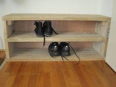 Eenvoudig steigerhouten kastje of schoenenkastje, met of zonder achterwandje, waar je bovendien nog wat leuks op kunt zetten of kunt zitten. Afmeting b95xd30xh40cm voor €85,-Afmeting b60xd40xh60cm voor €75,-Natuurlijk ook in andere afmetingen te maken. En kijk nog even verder want daar hebben we er nog eentje maar dan wat groter en met deuren ervoor.