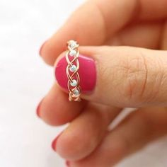 5 DIY Easy Rings - Braided & No Tools! - Jewls n things - 5 DIY Easy Rings - Braided & No Tools! I love simple diy projects and simple life hacks so in this tutorial I'll show you just that! I am yet again creating DIY Easy rings and this time I have Diy Schmuck, Schmuck Design, Wire Crafts, Jewelry Crafts, Jewelry Ideas, Jewelry Patterns, Unique Jewelry, Wire Wrapped Jewelry, Beaded Jewelry