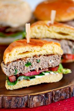 Fire up that grill and throw on these Inside Out Turkey Cheeseburgers! Loaded with flavor and filled with fresh mozzarella cheese, green onions, and Dijon mustard - these easy burgers are going to light up your of July celebration! // Mom On Timeout Cooking Turkey Burgers, Turkey Burger Sliders, Best Turkey Burgers, Greek Turkey Burgers, Turkey Burger Recipes, Side Recipes, Easy Dinner Recipes, Dinner Ideas, Cooking Recipes