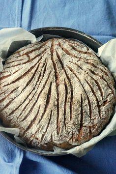 Oui, oui … c'est vous qui allez le faire …… 🙂 Les seuls impératifs sont les bons ingrédients et une cocotte, ou un plat en pyrex que vous pourrez couvrir pendant la cuisson avec un moule à gâteau, par exemple ….. Pour la recette, il est bon à savoir que la farine de seigle est une farine pauvre en gluten, et qu'elle doit être mélangée à une farine plus raffinée (mélange qu'on appelle le «méteil«) pour que le pain puisse pousser suffisamment. Le pain au seigle n'est composé que de 30% de…