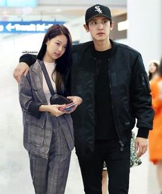 I initially wanted to edit prada event pics, but failed. I'm so curious if they bumped into each other at… Blackpink Memes, Korean Couple, Blackpink And Bts, Ulzzang Couple, N Girls, Blackpink Jennie, Chanyeol, Role Models, Besties