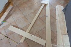 Un sapin de Noël en bois réalisé en moins de 2h ! Advent, Pallet Christmas, Tile Floor, Flooring, Wood, Crafts, Omelette, Ideas, Wooden Tree