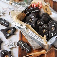 こんばんちゃ~(๑•ω•๑)♡ そらひかです そろそろハロウィンに向けて 色々思案中 お子さんのいるお友達のプレゼント用に 作ってみたステンドグラスクッキー 次男も一緒に作りましたよ~ ↑ 飽きるのも早っ アイシングとかやってみよーかと 思ってはみたものの… 下手くそなのでやる気出ず 簡単にチョコペンを使って ハロウィン仕様に❤️ おっなかなかいんでないの~ フープロがーっ。で生地は一瞬で出来ますが 無い方や出すのが面倒い方は次の方法で。 1.室温にしたバターをしっかり泡立て器で 混ぜ、粉糖を入れて更にすり混ぜる。 2.卵を少しずつ加えて混ぜたら、粉をふるいながら入れて塩を加えたら練らないようにさっくり混ぜる。 生地をまとめてラップして冷蔵庫で1時間冷やす。 後は工程が一緒です❤️ 飴は何でもいいですが、棒付きキャンディが 壊しやすいですよ 黒にしたかったのでブラックココアパウダーを 入れました。そのままでは風味に欠けるのでココアパウダーを混ぜてます是非~(๑•ω•๑)♡