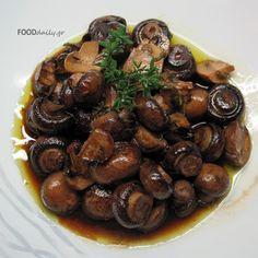 Μανιτάρια κρασάτα  (mushrooms in wine sauce) Delicious Dishes, Yummy Food, Greek Beauty, Yummy Mummy, Greek Recipes, Dips, Recipies, Stuffed Mushrooms, Food Porn