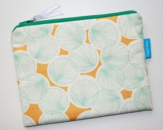 This ist the Börsel, the Cosmetic Bag in the VULTURE Family. The simple cosmetic bag is sewn from high quality patchwork fabrics and reinforced Patchwork Fabric, Vulture, Zipper Pouch, Pouches, Cosmetic Bag, Coin Purse, Fabrics, Cosmetics, Wallet