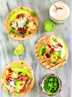 Taco com recheio de abacate e ovo para tirar a dieta da mesmice. Veja como fazer!