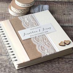 ~ RUSTIKALE HESSISCHEN/SACKLEINEN HOCHZEIT GÄSTEBUCH MIT HOLZ HERZEN ~ Dieses schöne hessische & Spitze Hochzeitsgästebuch wäre eine schöne Ergänzung zu Ihrem rustikalen Stil Hochzeitstag und ist handgefertigt mit natürlichen Sackleinen/hessischen eingefasst mit Satinband in Ihrer