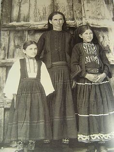The Sarakatsani (Greek: Σαρακατσάνοι) are an ethnic Greek population group, who were traditionally transhumant shepherds, native to Greece, with smaller presence in in neighbouring Bulgaria, southern Albania and the Republic of Macedonia. Tribal Costume, Folk Costume, Greek History, Greek Culture, Photographs Of People, World Cultures, Dance Dresses, Traditional Dresses, Old Photos