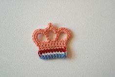 Haken voor kinderen: Kroontje haken! Crochet Crown, Love Crochet, Crochet Baby, Knit Crochet, Crochet Doll Clothes, Crochet Toys, Crochet Stitches, Crochet Patterns, Crochet Embellishments
