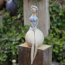 Zauberhafte Holz-Stele mit einer Badenixe. Die Keramik ist aus einem Stück gefertigt und hat einen süßen Badeanzug verpasst bekommen. Das Gesicht wurde freihand modelliert und ist somit ein...