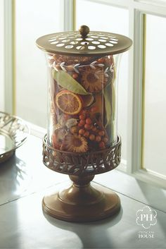 Con flores, popurrí o una vela, dale nueva vida a tu hogar con una hermosa pieza decorativa creada con el Juego decorativo Gloria Décor.