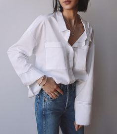 White shirt and blue jeans - Bluse Outfits Blue Jeans, White Shirt Outfits, Outfit Jeans, Casual Outfits, Work Outfits, White Shirt And Blue Jeans, Classic White Shirt, Style Désinvolte Chic, Casual Chic Style