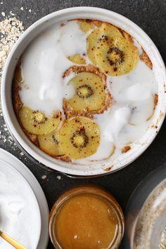 Gebakken havermout met kiwi en kokosroom. Zelf maken? Ontdek het recept op Beaufood.nl.Gezonde ontbijtjes, Ontbijten uit de oven, Glutenvrij ontbijten, Kiwi ontbijt recepten, Beaufood ontbijt, Gezonde foodblogs, Voedzame ontbijtjes, Havermout uit de oven, Gebakken havermout, Gezond en lekker ontbijten, kokosroom ontbijt, havermout ontbijt, ontbijt zelf maken.#healthybreakfast #coconutbreakfast #breakfastgoals #glutenfreebreakfast Best Breakfast, Breakfast Recipes, Kiwi, My Recipes, Healthy Recipes, Healthy Sweets, Healthy Food, Cheeseburger Chowder, A Food