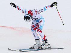 Alexis Pinturault verbeugt sich vor den rund 5000 Zuschauern nach seinem Weltcup-Sieg. Der Franzose überzeugte beim Riesenslalom in Garmisch-Partenkirchen. (Foto: Karl-Josef Hildenbrand/dpa)