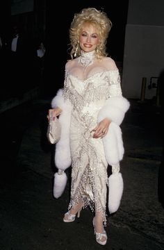 19 of Dolly Parton's Most Fanciful Sleeves: And this stole acts as a glamorous extension of the dress's actual sleeves. Beautiful Celebrities, Beautiful Actresses, Dolly Parton Wigs, Dolly Parton Pictures, Country Women, Country Music Singers, Hello Dolly, Celebrity Look, Famous Women