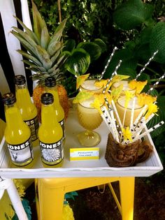 Pineapple party summer party ideas drink and cocktail ideas Party Drinks, Fun Drinks, Beverages, Luau Party, Summer Parties, Creative Party Ideas, Party Entertainment, Party Planning, Ideas Party