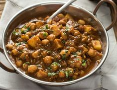 [ La recette parfaite de curry de pois chiches et de patates (Super facile)! The perfect recipe for chickpea curry and potatoes (super easy)! Indian Food Recipes, Whole Food Recipes, Vegetarian Recipes, Curry Recipes, Vegetarian Curry, Chickpea And Potato Curry, Easy Dinner Recipes, Easy Meals, Aloo Curry
