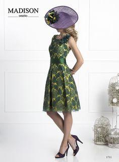 Vestido corto de fiesta confeccionado en crepe limón cubierto de rebrodé verde a contraste, falda de vuelo con cetro tablas en disminución, cinturón liso fruncido y motivo en hombro del mismo encaje rematado con piedras.