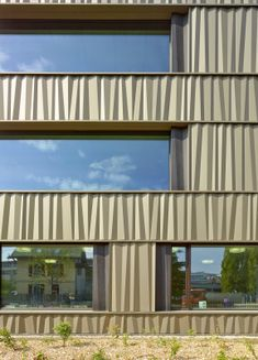 Schulanlage Censuy - kleine Darstellung Building Facade, Building Design, Architecture Board, Facade Design, Urban Planning, Cladding, Entrance, Concrete, Exterior