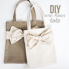 Diy Sewing Projects elm street life: DIY: One hour tote (in two sizes). Diy Mother's Day Crafts, Mother's Day Diy, Diy Tote Bag, Tote Bags, Tote Purse, Diy Purse, Mk Bags, Diy Sac, Diy Mothers Day Gifts