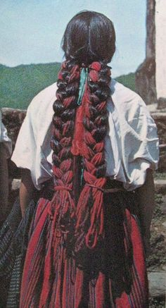 This photo of a Mixe woman's braids in Chichicastepec, Oaxaca Mexico comes from an out of print 1971 book entitled Mexican Folk Art. Mexican Art, Mexican Style, Mexican Fashion, Pretty Hairstyles, Braided Hairstyles, Hair Inspo, Hair Inspiration, Mexican Hairstyles, Hair Goals
