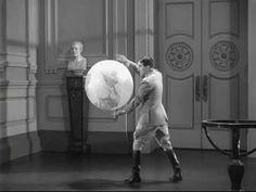"""Scène culte de la danse avec le ballon globe dans le film """"le dictateur"""" réalisé par Charlie Chaplin en 1940"""