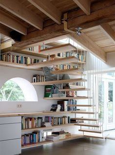 escada-madeira-degraus-e-prateleiras