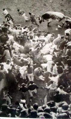 Fotos antiguas de los encierros de San Fermín - Montón en la entrada a la Plaza de Toros #Pamplona #Sanfermines