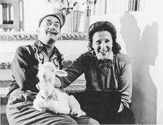Salvador Dali com um carneiro de pelúcia criado por ele e sua companheira de vida Gala. Na casa de Dali em Port Lligat, Cadaques, 1957