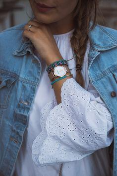 Frühlingslook: Weißes Spitzenkleid mit Jeansjacke und Furla Metropolis Bag und bunten Armbändern - Denim mit Spitze kombinieren