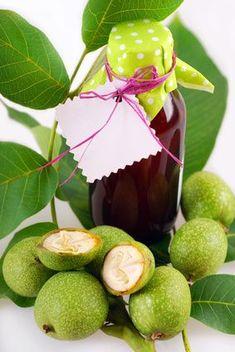 Nocino fatto in casa scopri come fare il nocino tradizionalmente con le noci raccolte nel periodo di San Giovanni e lasciato macerare fino a Natale.
