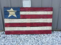 I like this pallet flag project for summer decor. Nice impact for the back yard. Pallet Crafts, Diy Home Crafts, Diy Arts And Crafts, Pallet Projects, Wood Crafts, Craft Projects, Craft Ideas, Pallet Flag, Pallet Art