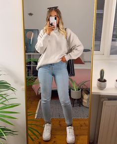 Fashion 2017, Fashion Show, Fashion Outfits, Light Jeans Outfit, Clothing Hacks, Cute Casual Outfits, Jean Outfits, Spring Outfits, Winter Fashion