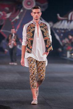 Denny Wirawan – Pasar Malam – The Actual Style Batik Fashion, Bold Fashion, Modest Fashion, Fashion Models, Fashion Show, Fashion Outfits, Fashion Design, Model Kebaya, Mens Fashion Wear