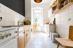 Wunderschöne helle Küche in Berlin mit Sitzgelegenheit, Sideboard, und großem Fenster. #Fliesenboden #light #Lichteinfall #Gemütlichkeit