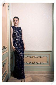 Jurken Huren. Adrianna Papell. Maxi dress. Brittlebush. Chique. Elegant. Navy. Modern. Photographer Elza van der Saag.