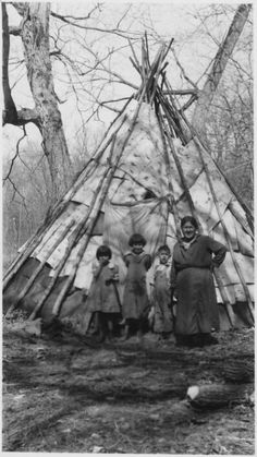 Indians on Horses In Front of Tipi Native American Genocide, Native American Images, Native American Tribes, American Indian Art, Native American History, Sioux, Le Far West, Native Indian, First Nations